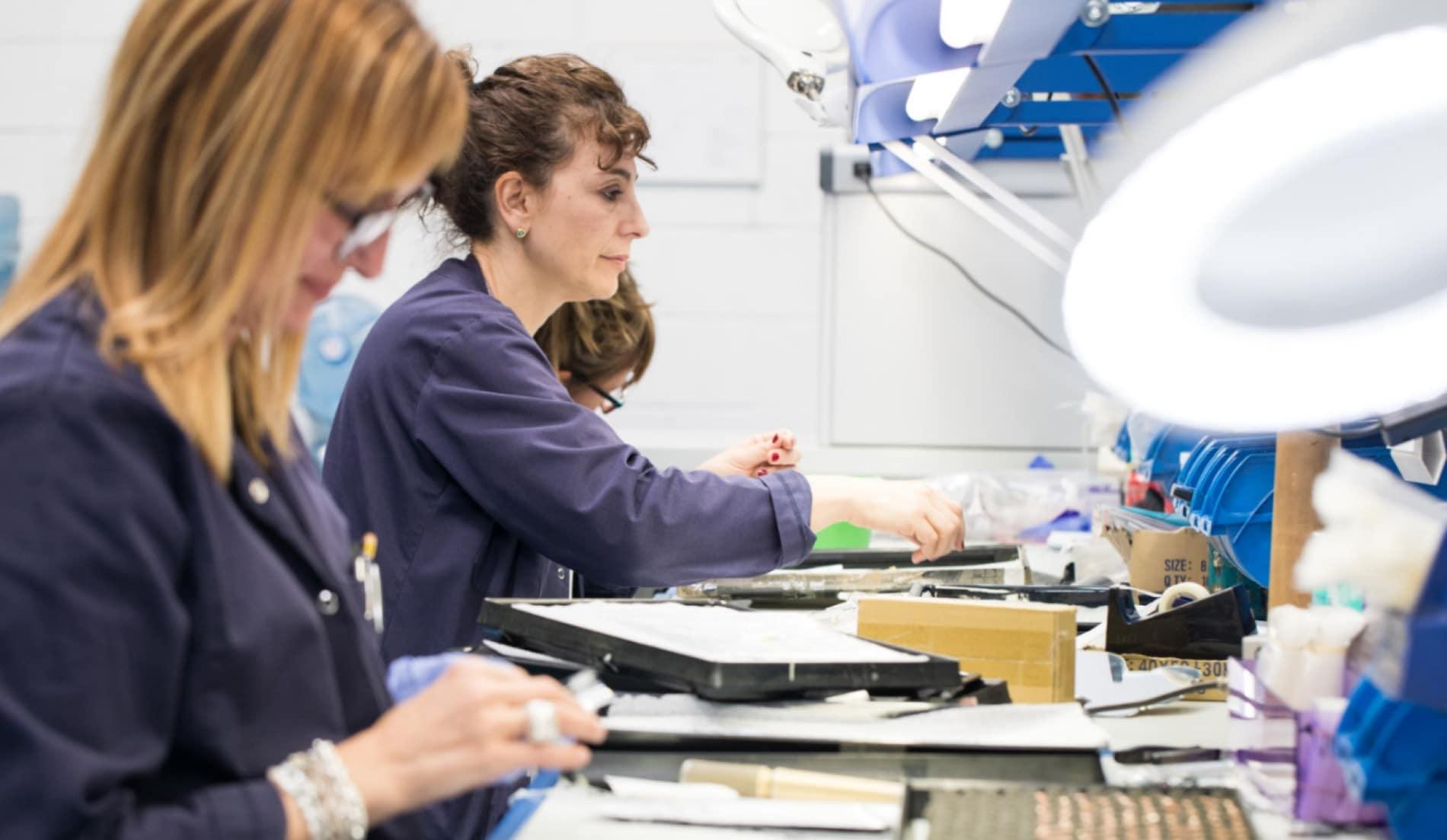 Mujeres trabajando vestidas de azul