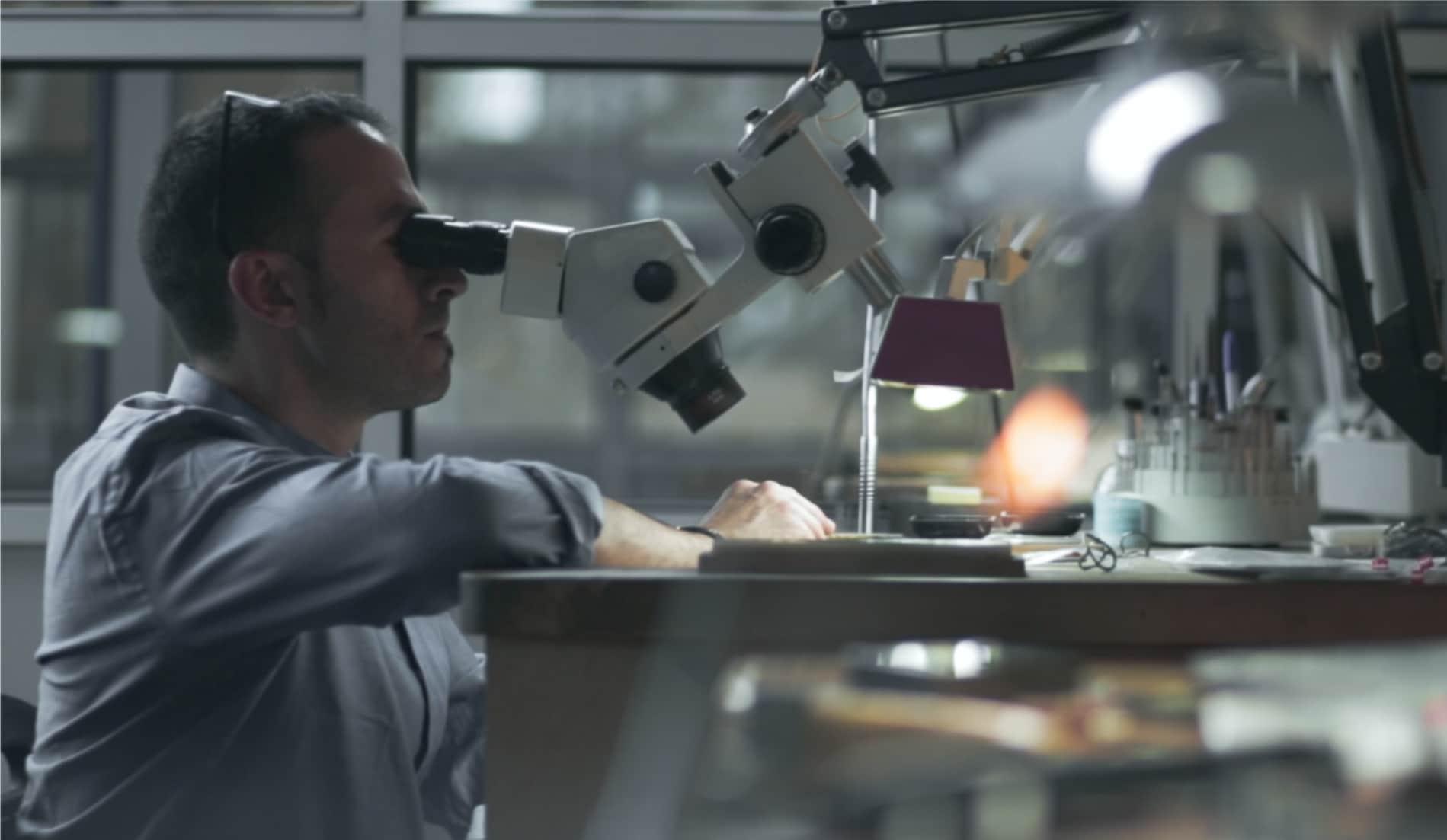 Hombre mirando por un microscopio