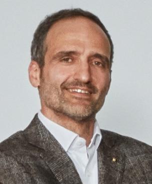 Foto de un hombre con fondo blanco