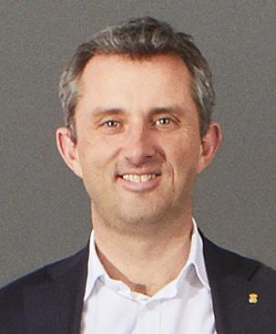 Hombre mirando al frente con fondo gris
