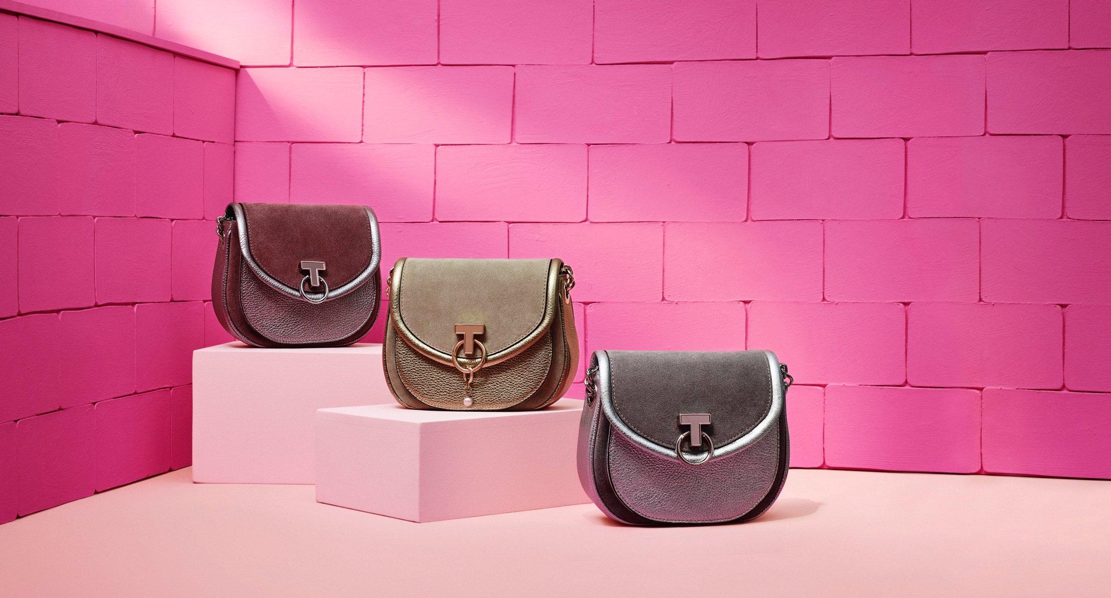 Tres bolsos Tous con fondo rosa