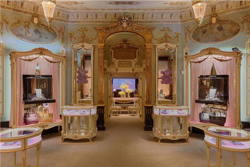 Interior de una boutique Tous muy lujosa