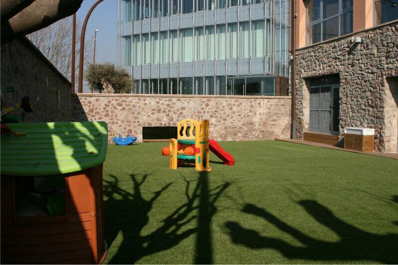 Parque infantil entre edificios